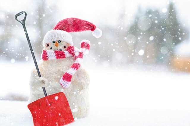 Snowman holding a shovel. Photo by Jill Wellington via Pexels